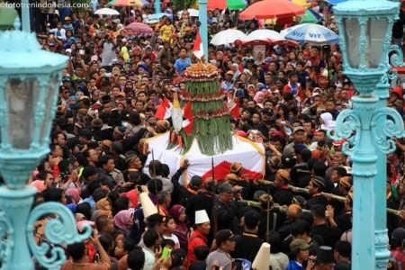 Abdi dalem Kraton Kasunanan Surakarta Hadiningrat mengarak gunungan sebelum diperebutkan dalam perayaan Grebeg Sekaten di Masjid Agung Solo, Jawa Tengah, Sabtu, (3/1).