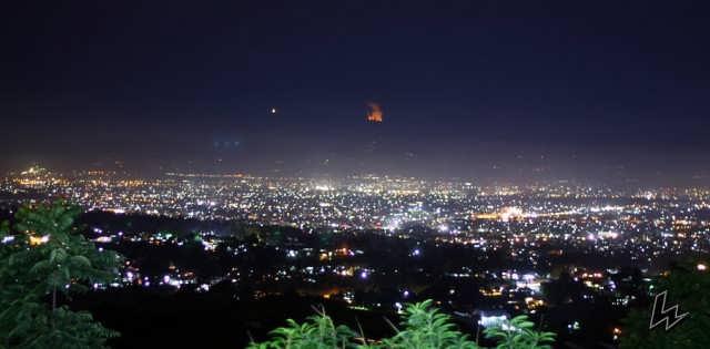panorama Puncak Ciumbuleuit di malam hari