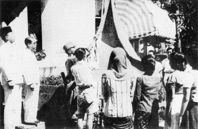 Pengibaran Bendera Pusaka (foto: Arsip Nasional)